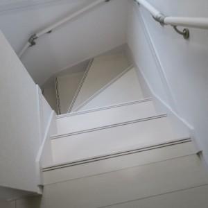 鷺沼小学校学区の新築戸建て|安全を考えた階段の手摺り